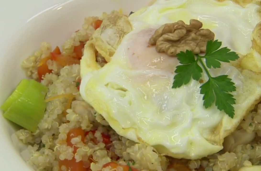 Revuelto de quinoa con verduras a la sartén y huevo | Recetas Tasty